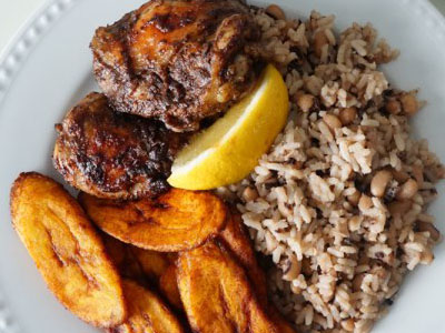 Ямайский обед с курицей, рисом и фасолью.